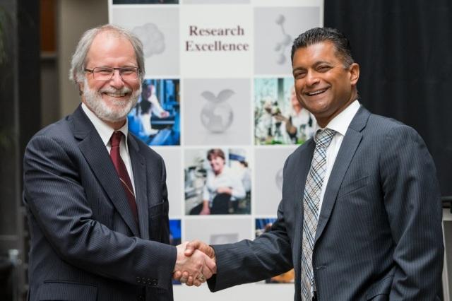 Le président de l'université McMaster, Patrick Deane et le président de Cisco Canada, Nitin Kawale
