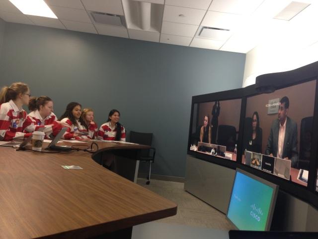 Les étudiantes de Trafalgar Castle dialoguent avec des étudiants de Richardson au Texas, par le truchement du système TelePresence de Cisco
