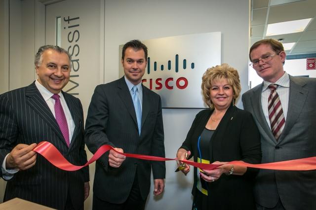 G – D : Cisco Canada's Paul Zed et Jean-Claude Ouellet, Ville de Quebec's Michelle Morin-Doyle, Cisco Canada's Mike Ansley