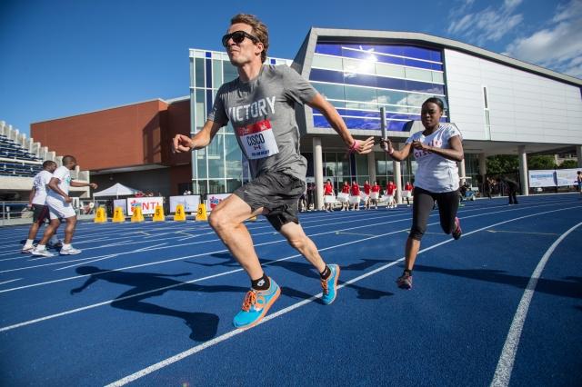 Simon Whitfield prend le relais pour Cisco dans la course de relais ProAm. Mundo Sport Images/Geoff Robins