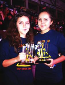 Jessica Miller et Melanie Miller acceptant le prix Kleiner Perkins Caufield & Byers Entrepreneurship Award.