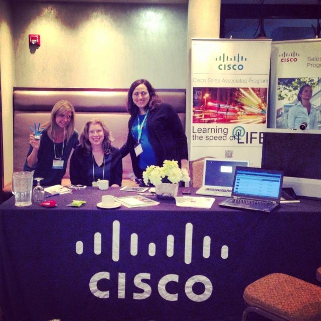 Le kiosque de Cisco est prêt! Avons-nous l'air réveillé? Il est 7 h 30 dimanche matin.