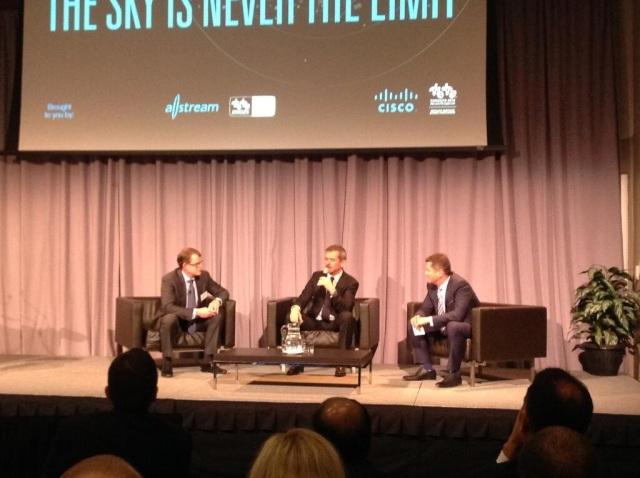 De gauche à droite: Cisco Canada's Mike Ansley, Commandant Chris Hadfield and Allstream's Mike Stroble. Photo gracieuseté de Allstream.