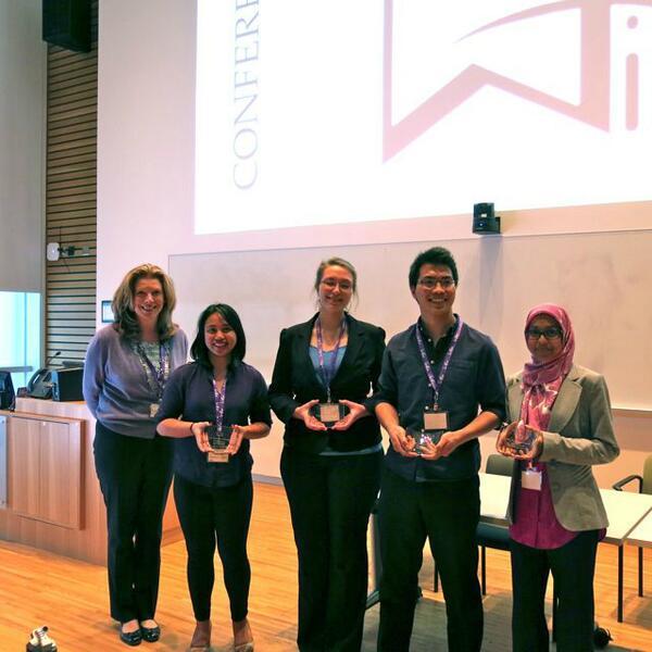 Membres de WISE +1, l'équipe gagnante, acceptant leur prix (gauche à droite) : Trina Alexson de Cisco avec Monina Cepeda, Anna Kotlov, Nico Poblete Valenton et Saaliha Farah Khadim. Non photographiée : Tiffany Ongtenco.