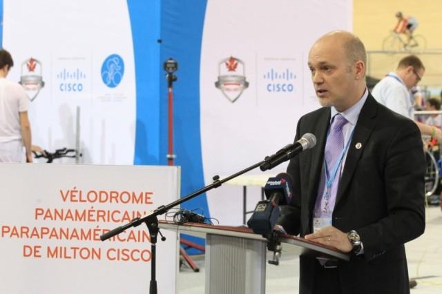 Mark Collins, vice-président de la mercatique de Cisco Canada, s'entretient avec des participants lors de l'ouverture du Vélodrome panaméricain/parapanaméricain de Milton Cisco tenue le 9 janvier 2015.