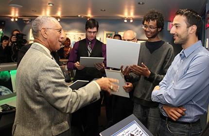 Charles F. Borden rencontre avec les lauréats du 2014 spatiale de la NASA applications Toronto défi lors de sa visite au Centre des sciences de l'Ontario.