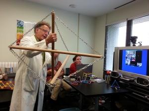 Russell Zeid, enseignant du Centre des sciences de l'Ontario, démontre les forces de tension et de compression aux étudiants de l'école Peter Pitseolak à Cape Dorset, Nunavut.